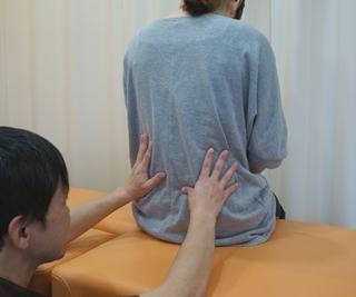 施術の写真(腰の関節を調整)