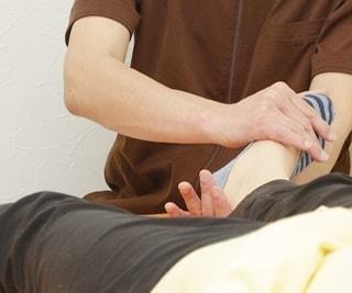 施術の写真(足の関節を調整)